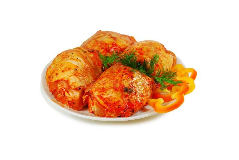 Ruw vlees Varkensvlees escalope plakken met sause in een Schotel tegen Wit wordt geïsoleerd dat royalty-vrije stock foto's