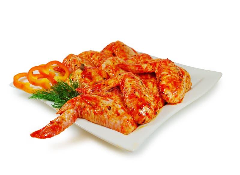 Ruw vlees Varkensvlees escalope plakken met sause in een Schotel tegen Wit wordt geïsoleerd dat stock afbeelding