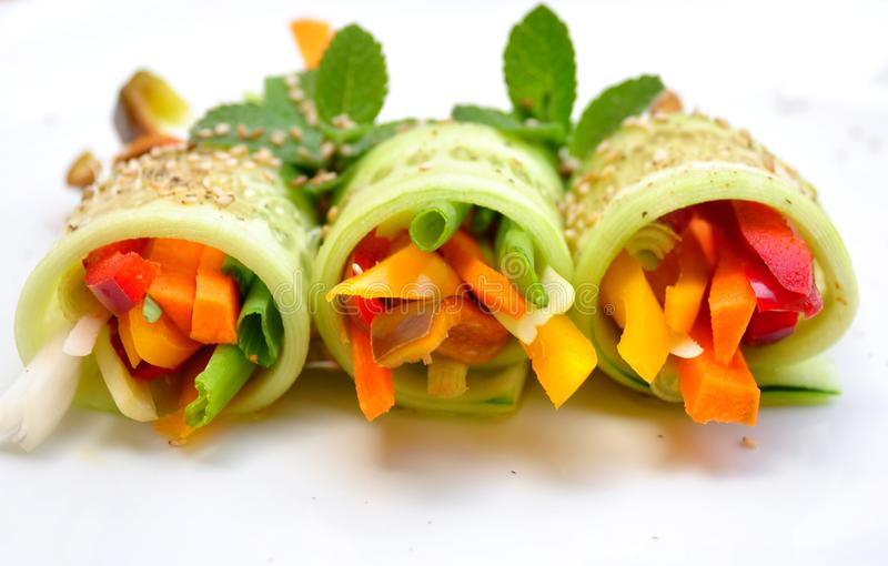 Ruw voedselrecept met komkommer, peper, ui en wortel stock fotografie