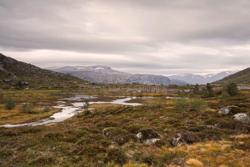 Ruw wild berglandschap in de bewolkte en kalme rivier van Noorwegen royalty-vrije stock afbeeldingen