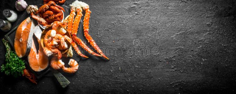 Ruw zalmlapje vlees met gekookte garnalen, krab en rivierkreeften royalty-vrije stock foto
