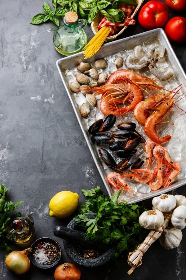 Ruw Zeevruchtencocktail en Ingrediënt voor het koken van deegwarenspaghetti stock afbeeldingen