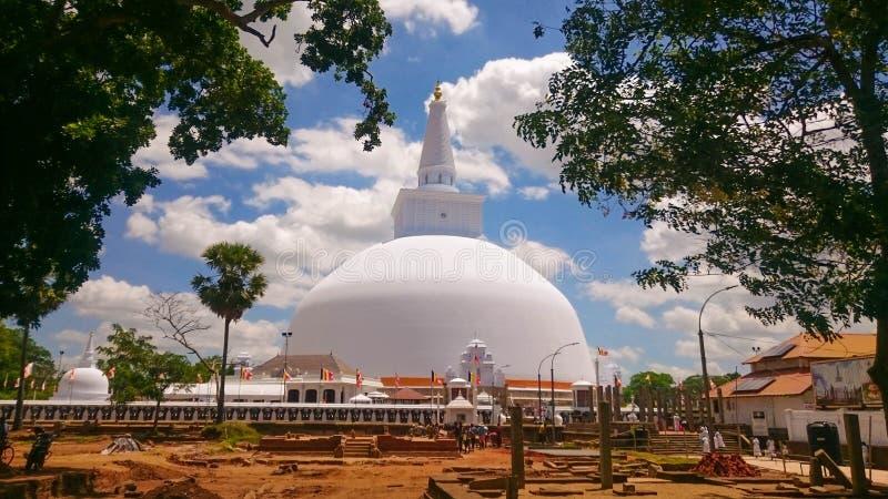 Ruwanweli maha seyaanuradhapura royaltyfria bilder