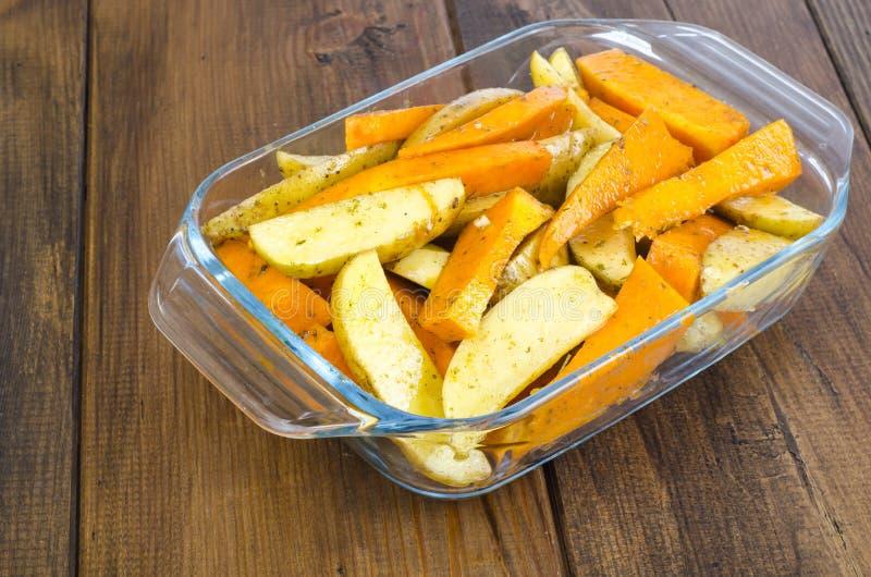 Ruwe aardappel en pompoenplakken voor baksel stock fotografie