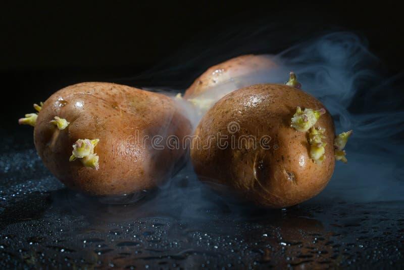 Ruwe aardappelvoedsel Verse aardappels in een oude zak op houten achtergrond vrije plaats voor tekst stock afbeelding