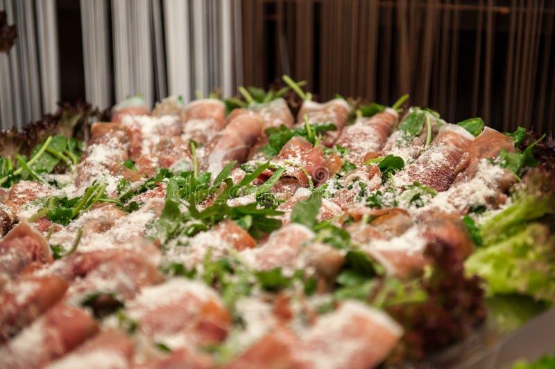 Ruwe baconvoorgerechten met parmezaanse kaaskaas op schotel royalty-vrije stock foto