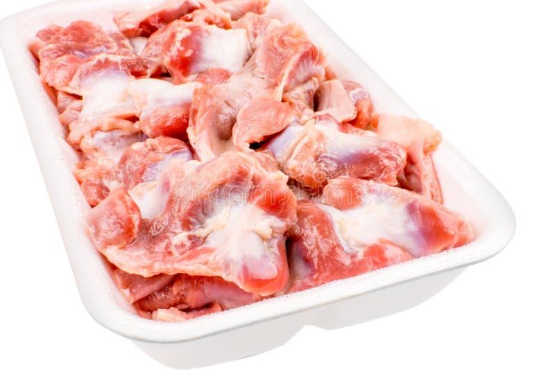 Ruwe bevroren kippenspiermaag in plastic plaat Geïsoleerd op wit stock fotografie