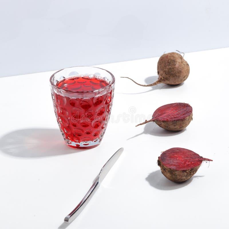 Ruwe bieten en een glas sap op een witte lijst Creatief minimalistic concept royalty-vrije stock foto