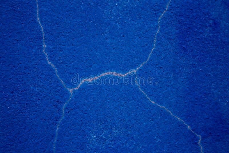 Ruwe blauwe muur met barsten royalty-vrije stock afbeeldingen