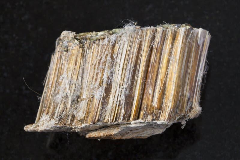 Ruwe bruine asbeststeen op donkere achtergrond stock foto's
