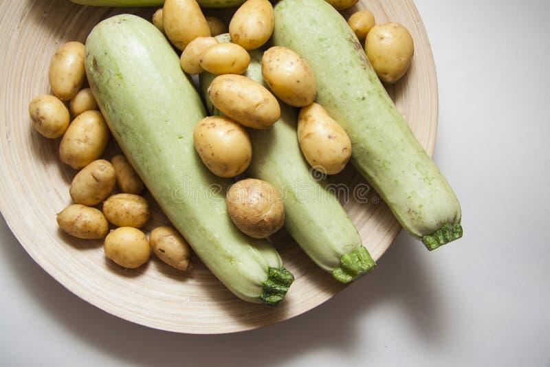 Ruwe courgette en aardappel stock foto