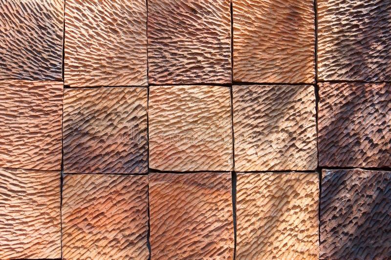 Ruwe de bakstenen muurachtergrond van de patroonklei met daglicht en elft stock afbeeldingen