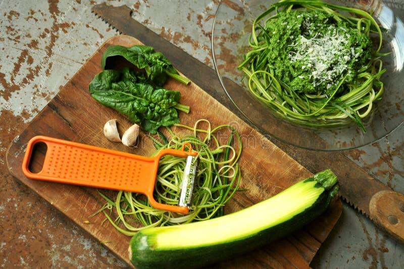 Ruwe deegwaren met courgette en spinaziepesto met knoflook stock foto