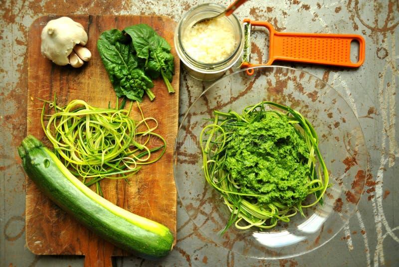 Ruwe deegwaren met courgette en spinaziepesto met knoflook stock foto's