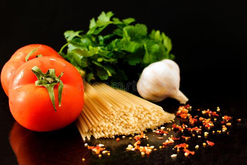 Ruwe deegwaren met groenten en kruiden, ingrediënten voor deegwaren royalty-vrije stock afbeeldingen