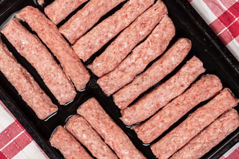 Ruwe die gehaktkebabs op barbecue worden voorbereid royalty-vrije stock afbeelding