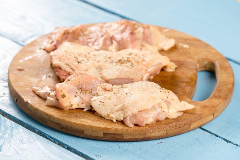 Ruwe die kippentrommelstokken met kruiden voor barbecue worden voorbereid royalty-vrije stock afbeelding