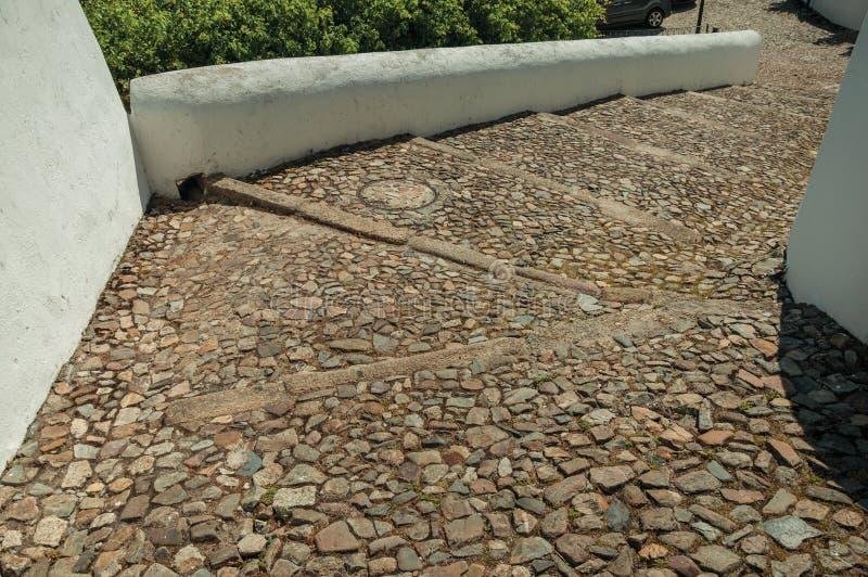 Ruwe die steenbestrating in een weg van grote treden wordt gemaakt royalty-vrije stock foto
