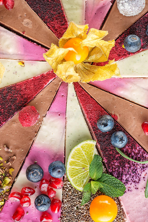 Ruwe die veganistcakes met fruit en zaden, met bloem, productfotografie voor patisserie wordt verfraaid royalty-vrije stock afbeelding