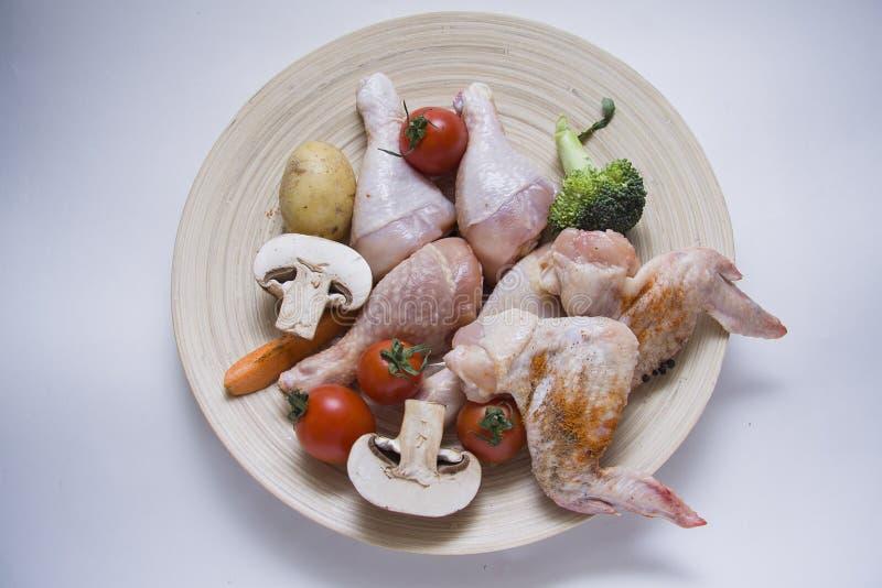 Ruwe die vlees en groentenstudio met contrastbliksem wordt geschoten royalty-vrije stock foto