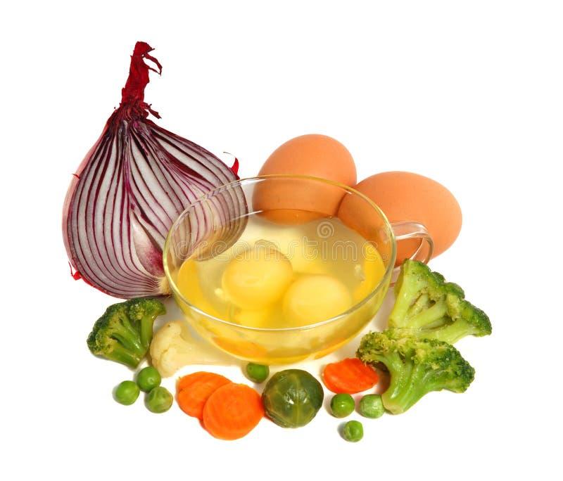 Ruwe eieren en verschillende groenten stock foto