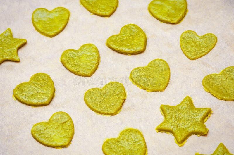 Ruwe eigengemaakte koekjes met groene theematcha stock afbeeldingen