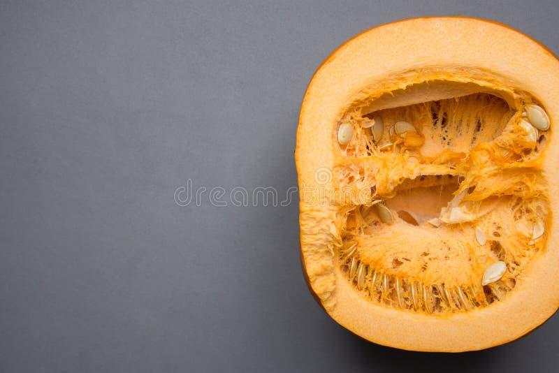 Ruwe Gehalveerde Heldere Oranje Pompoen op Grey Stone Background Dankzeggingsdaling Autumn Halloween Humeurig Atmosferisch Beeld  royalty-vrije stock fotografie