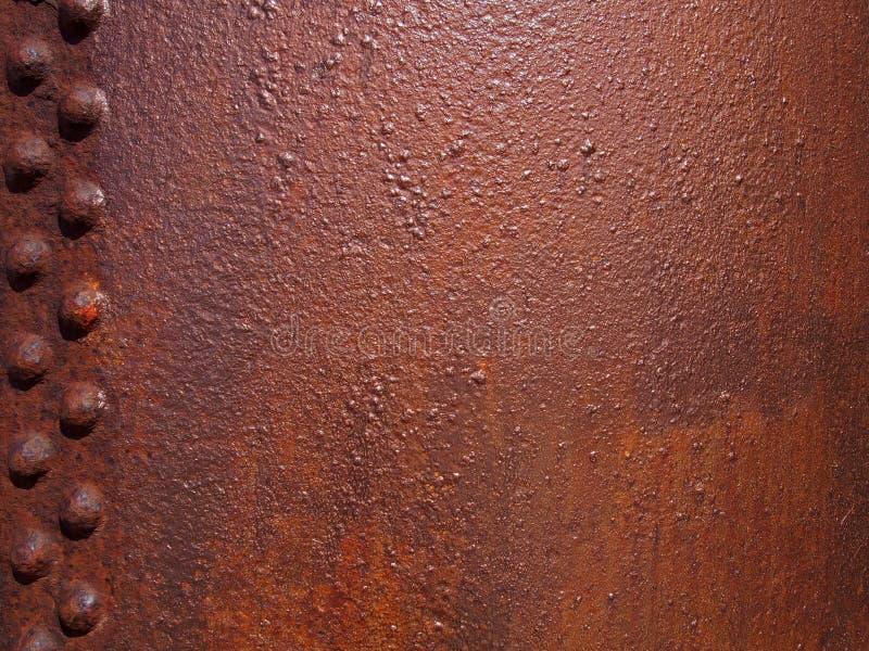 ruwe geroeste roodbruine staalplaat met vastgenageld paneel en geweven oppervlakte stock afbeeldingen