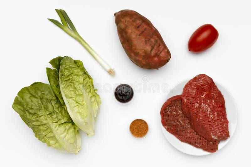Ruwe ingrediënten voor geroosterd lapje vlees met groenten en sausen royalty-vrije stock afbeeldingen