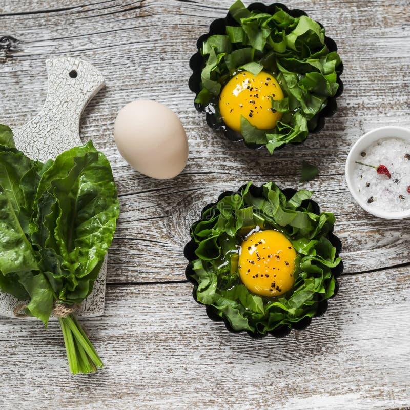 Ruwe ingrediënten voor het maken van gebakken eieren Verse zuring en eieren stock afbeeldingen