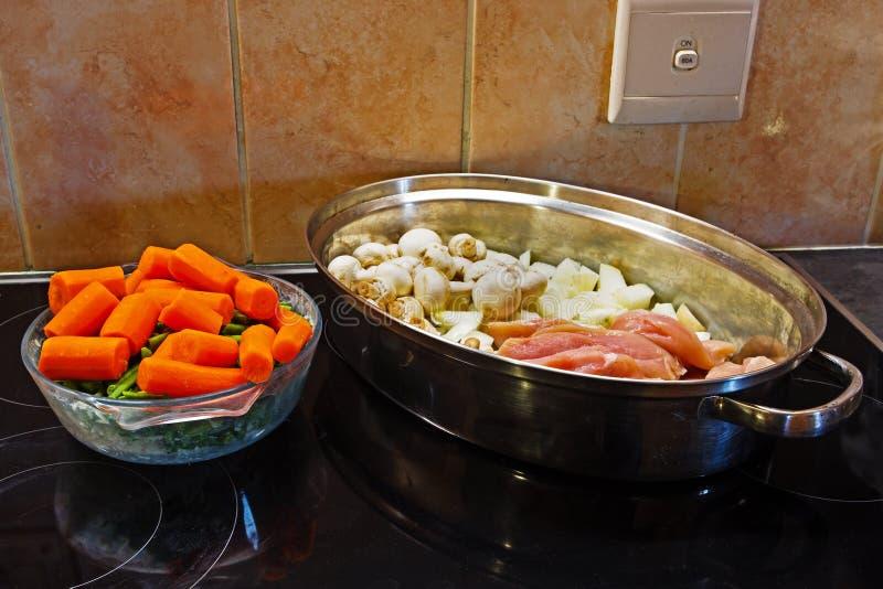 Ruwe ingrediënten voor kippenbraadpan stock foto
