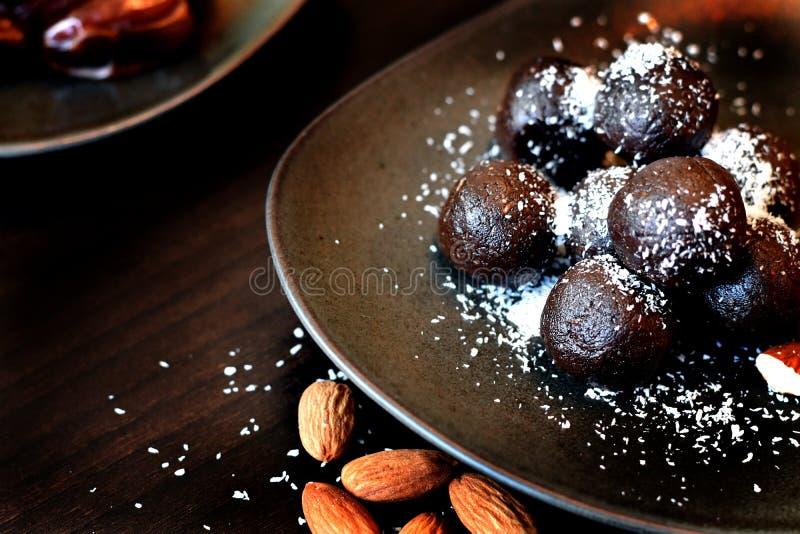 Ruwe keto dessert, cacao en amandeltruffels stock foto's