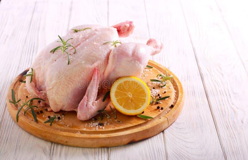 Ruwe kip met citroen, rozemarijn en kruiden royalty-vrije stock fotografie