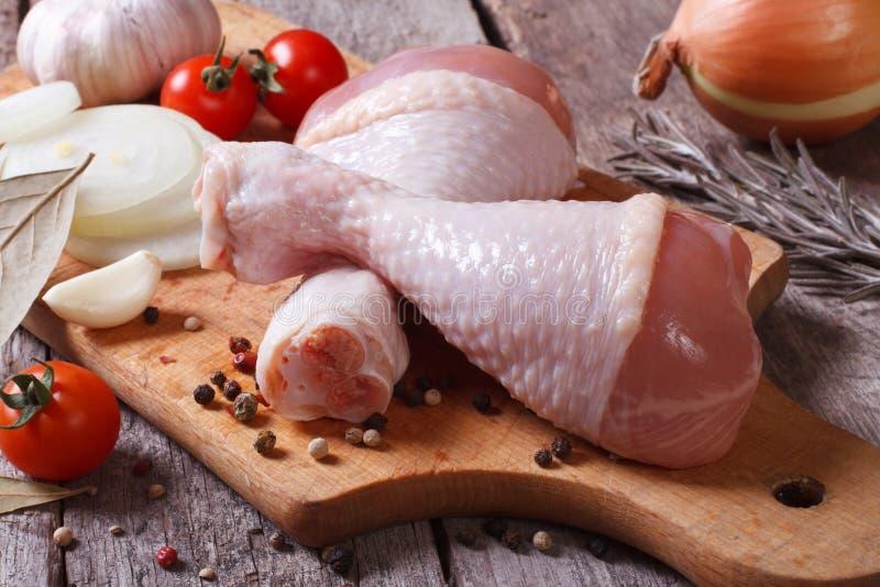 Ruwe kippenbenen en marinadeingrediënten stock foto