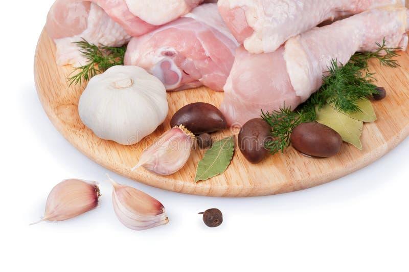 Ruwe kippenbenen met olijven en knoflook royalty-vrije stock foto