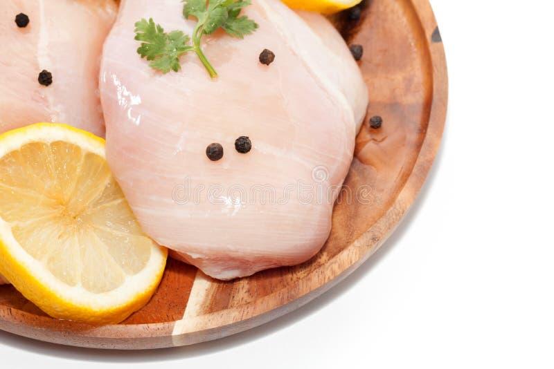 Download Ruwe Kippenborst, Citroen, Peper Op Houten Plaat Stock Foto - Afbeelding bestaande uit voedsel, achtergrond: 107704792