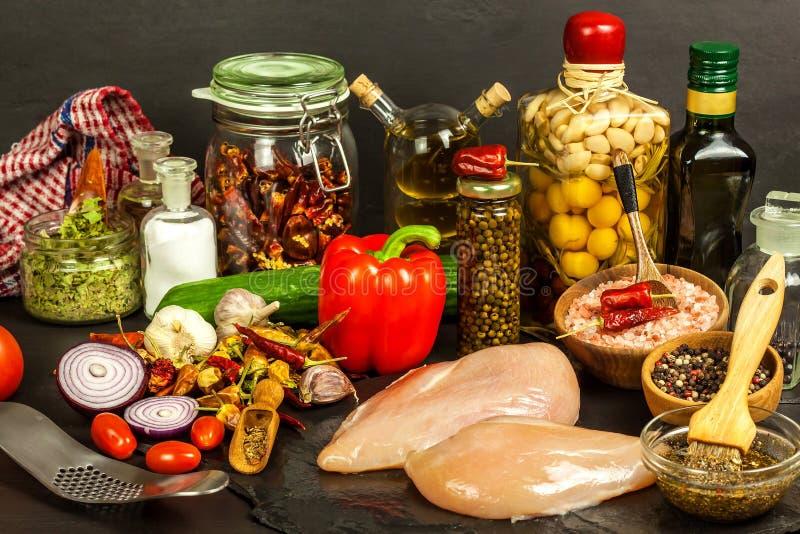 Ruwe kippenborsten Het voorbereidingen treffen voor de zomerbarbecue Dieetdieet ruw vlees bij de grill Het roosteren van tijd royalty-vrije stock foto