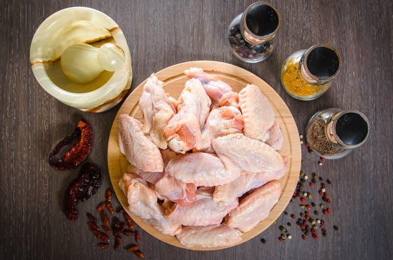 Ruwe kippenvleugels met kruiden - klaar voor het koken royalty-vrije stock afbeelding