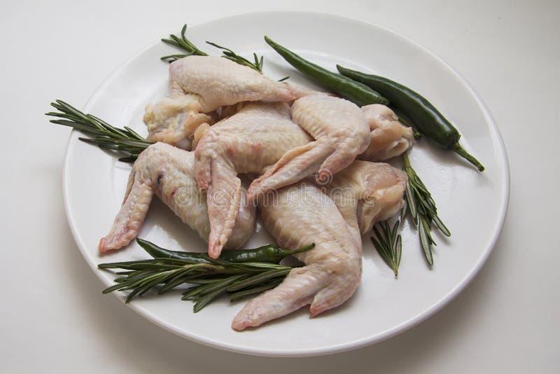 Ruwe kippenvleugels met rozemarijn royalty-vrije stock foto's