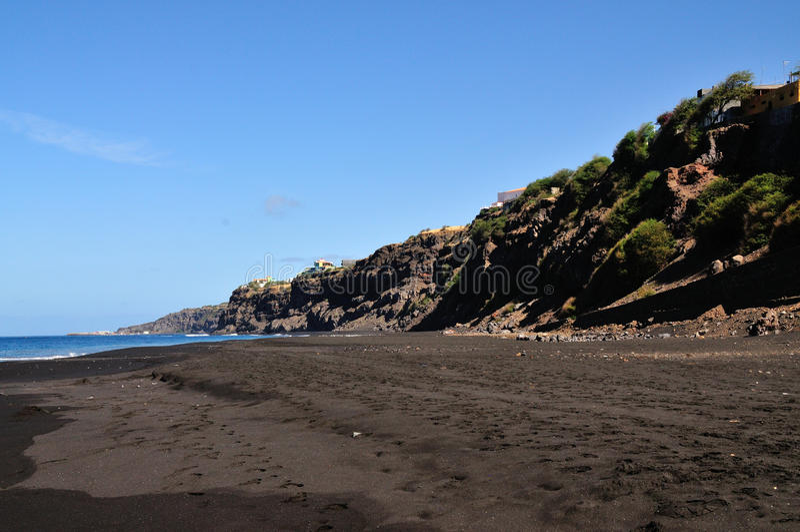 Ruwe klip over strand royalty-vrije stock afbeeldingen