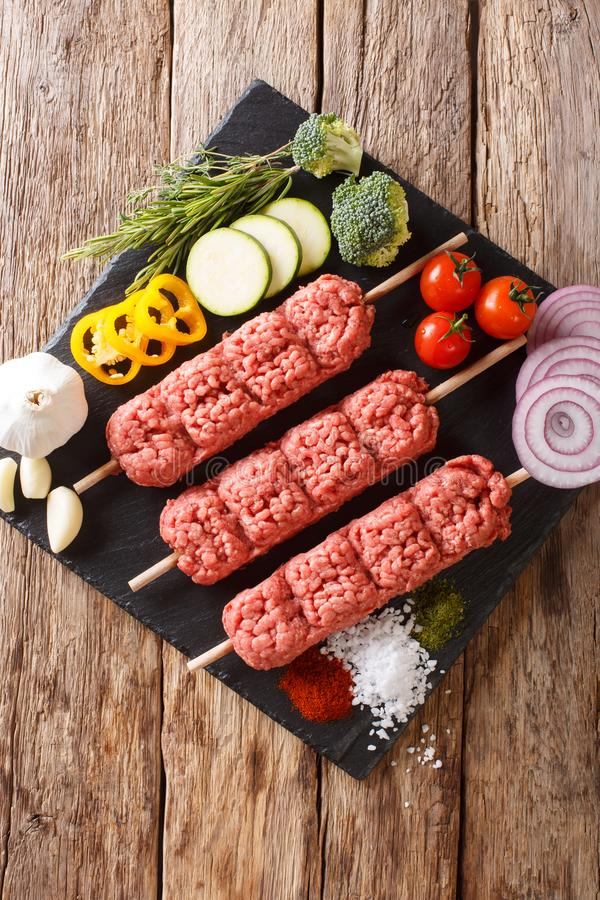 Ruwe kofta, kofte kebab van gehakt op vleespennen met ingredie stock foto's