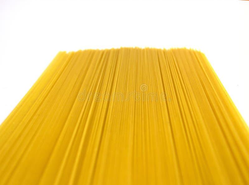 Ruwe lange gele die spaghetti met perspectief op wit wordt geïsoleerd royalty-vrije stock foto's