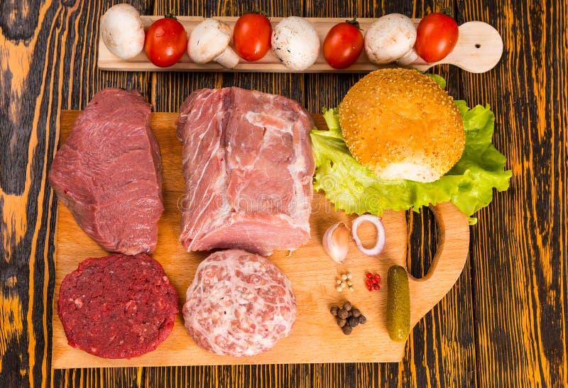 Ruwe lunchvlees en kruiden voor sandwich het maken royalty-vrije stock afbeelding