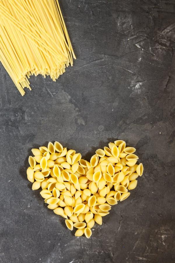 Ruwe macaroni - deegwaren Conchiglie In het midden van lege spac stock foto's