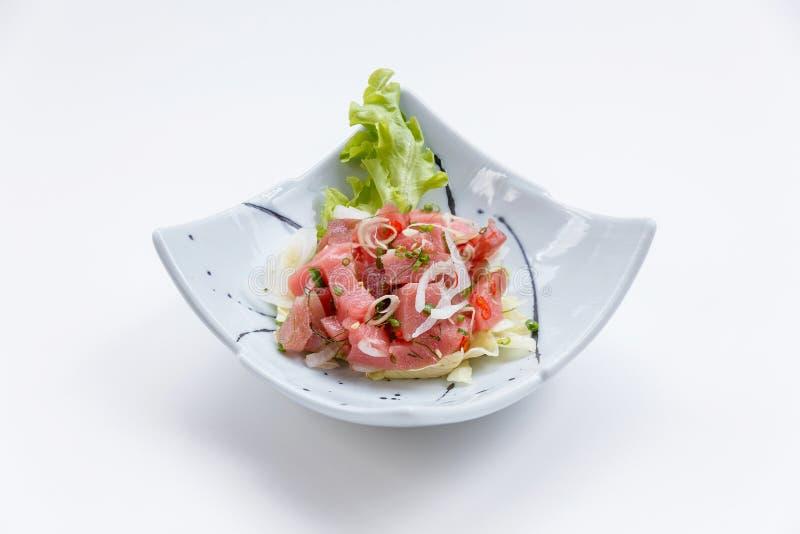 Ruwe Maguro-Bluefin Tuna Spicy Salad in Japanse Geschilderde Ceramische Schotel royalty-vrije stock fotografie
