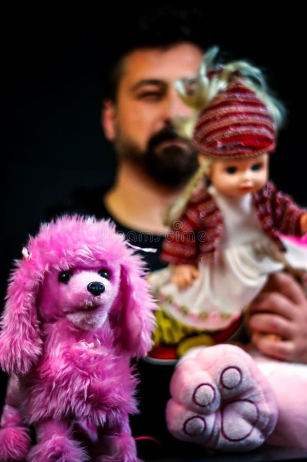 Ruwe mens met speelgoed royalty-vrije stock foto's