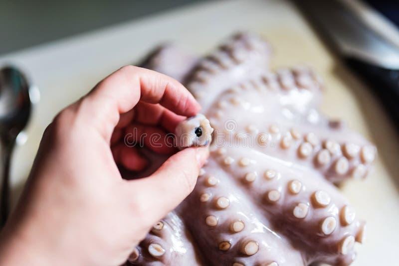 Ruwe octopus op een knipselraad, die de bek tonen royalty-vrije stock foto
