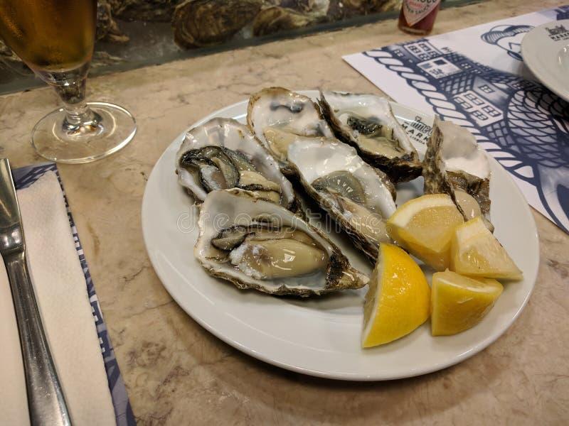 Ruwe oesters met kalk in Lissabon, Portugal royalty-vrije stock foto