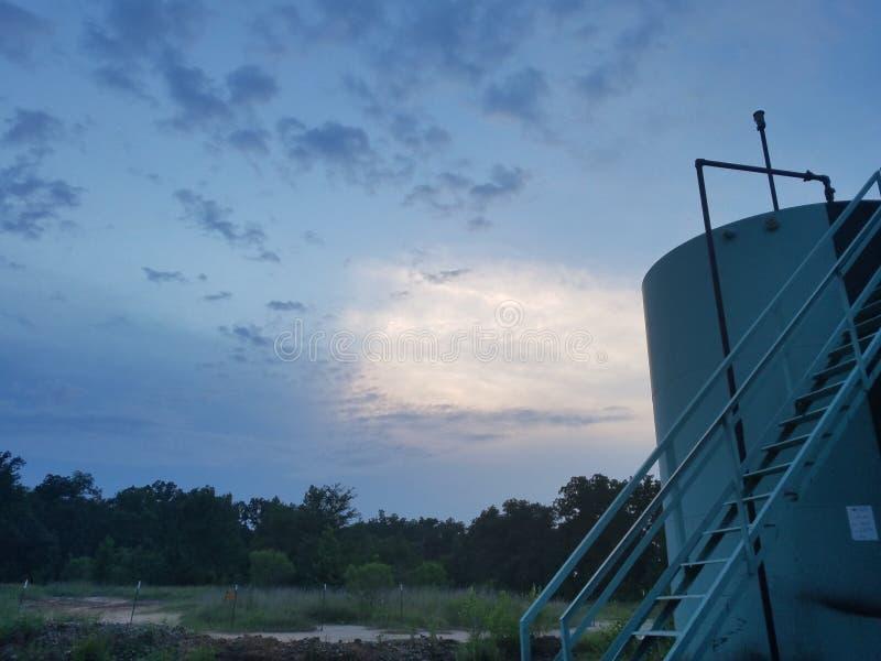 Ruwe oliebron op gedeeltelijk bewolkte dag stock foto