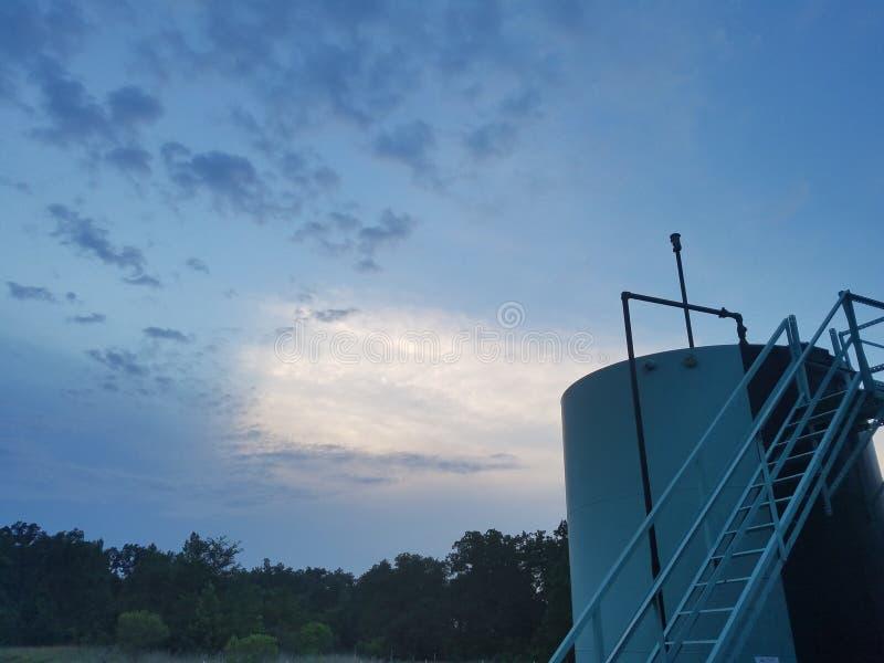 Ruwe oliebron op gedeeltelijk bewolkte dag stock foto's